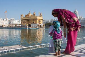 Inde : temple et femme - voyagiste Inde