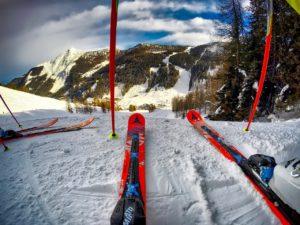 Paire de skis : plus pratique qu'un hamac en vacances d'hiver