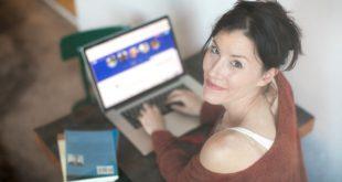 Femme utilisant internet