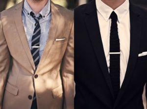 La pince correctement portée doit être visible avec une veste boutonnée.