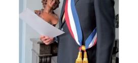 Officier minicipal portant son écharpe de maire