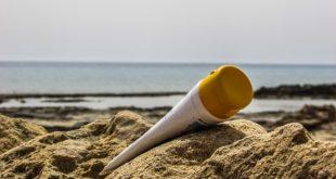 Crème à bronzer sur la plage